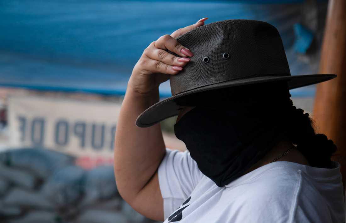 En medlem i en beväpnad kvinnoexklusiv självförsvarsgrupp patrullerar den mexikanska delstaten Michoacán. Arkivbild.
