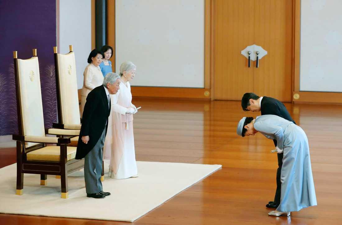 Japans kejsare Akihito och kejsarinnan Michiko till vänster hälsar på kronprins Naruhito och kronprinsessan Masako. Vid månadsskiftet april-maj påbörjar Japan sin nya era då kejsaren abdikerar och kronprinsen tar över.
