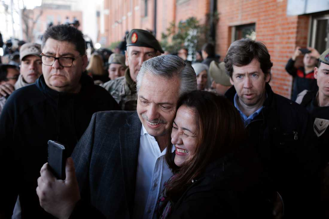 Alberto Fernández låter sig fotograferas med en anhängare i samband med röstningen på söndagen.