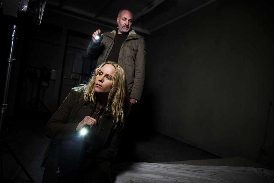 "Kim Bodnia som ""Martin"" och Sofia Helin som ""Saga"" i dansk-svenska ""Bron""."
