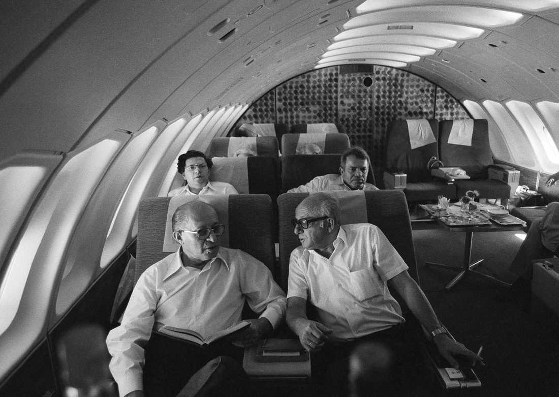 Israels dåvarande premiärminister Menachem Begin, till vänster, ombord på en av El Al:s 747-plan på väg mot New York, i september 1978.