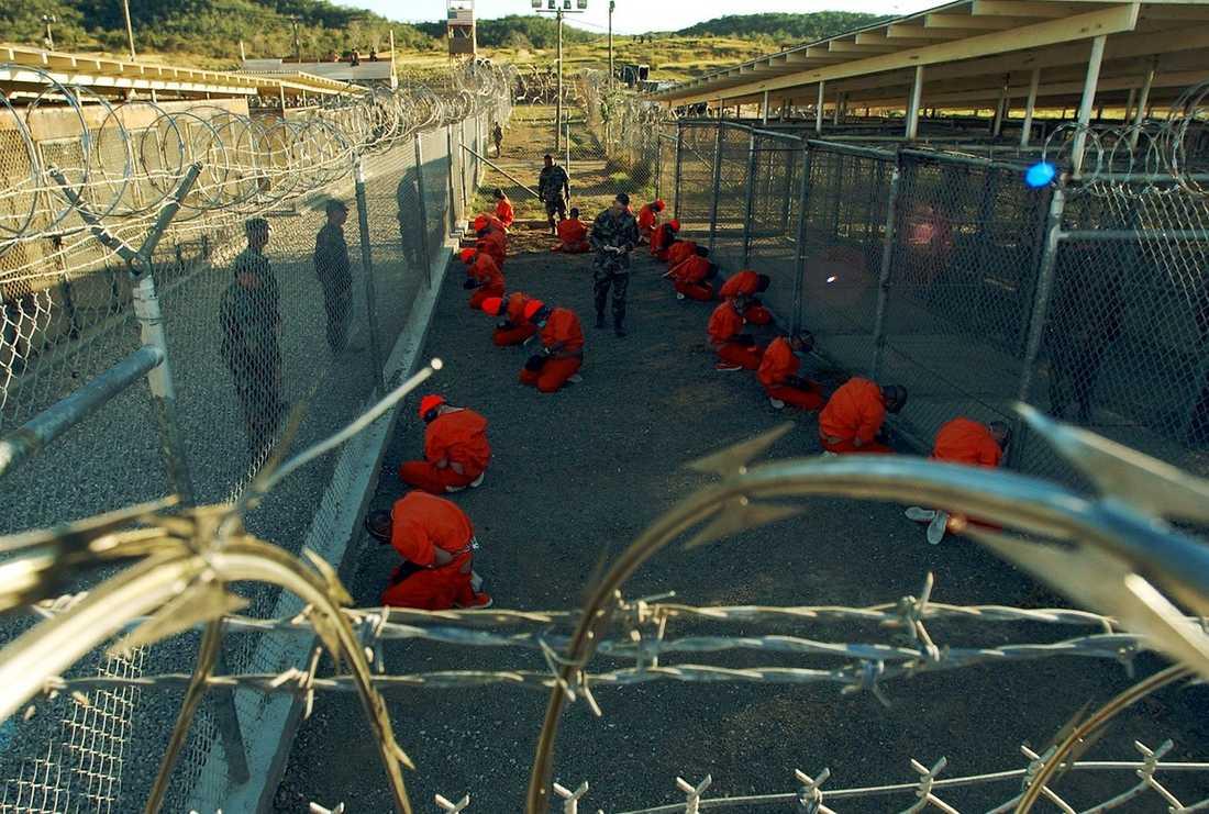 """Amerikanerna ansåg att Mehdi Ghezali under sina år på Guantánamo uppvisade en """"historia av passivt motstånd men utan öppet aggressiva handlingar"""". Han ska ha trakasserat vakter verbalt, ofta hållit på med fysisk träning och kommunicerat med fångar på andra avdelningar – i samtliga fall aktiviteter som var förbjudna. Ghezali gjorde också några försök att leda böner."""