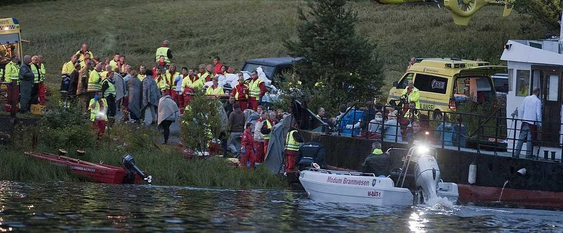 ÖVERLEVANDE  Räddningspersonal tar hand om de ungdomar som överlevde massakern på Utøya. Många av dem höll kontakten med omvärlden via sina telefoner.