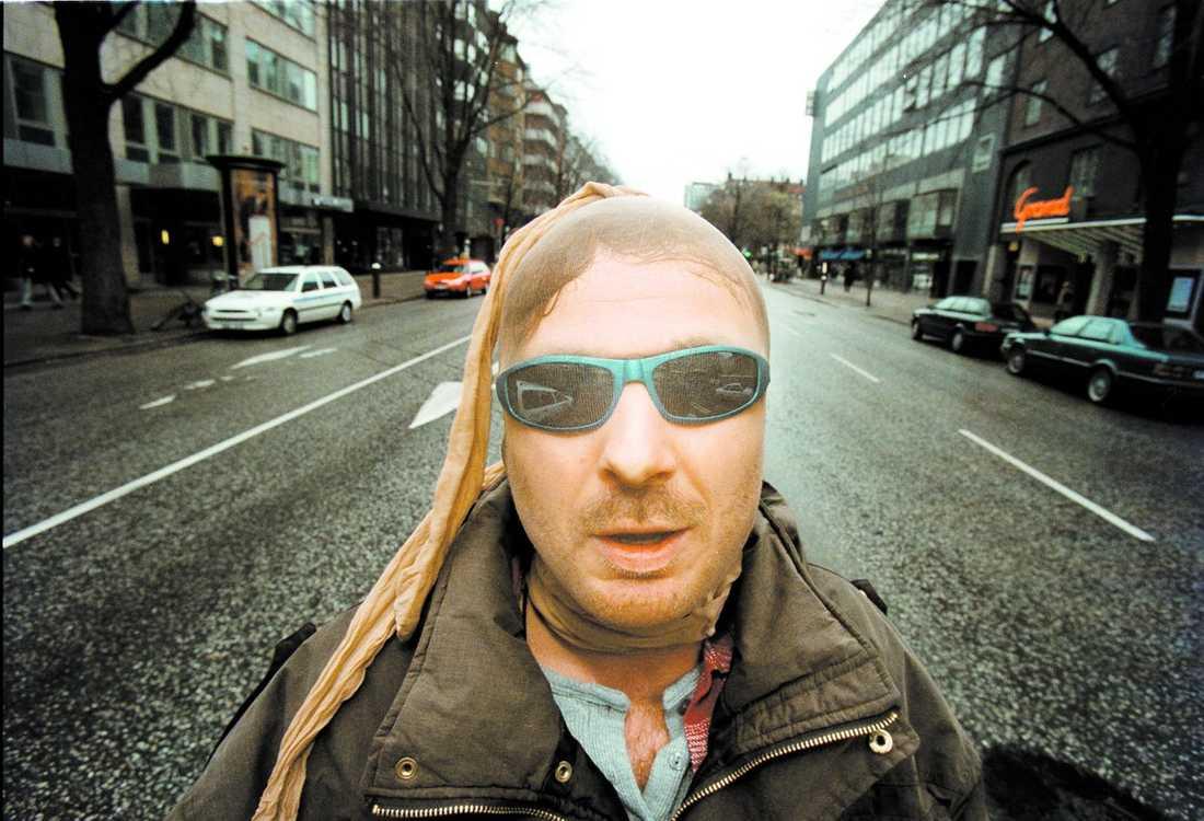 Alltid maskerad Bandet Onkel Kånkel var både hyllat och avskytt för de extrema texterna. Få visste vem frontfiguren egentligen var och under bandets få spelningar var sångaren Håkan Florås ansikte täckt med bandage eller mask. I helgen avled han bara 47 år gammal i en hjärtattack. Bilden togs 1999.