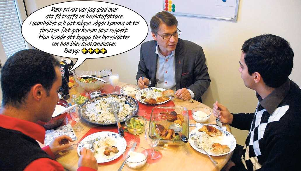 """hägglund hälsar på – i verkligheten Ali Al-Djaber, 26, och hans bror Amar fick lunchbesök av KD-ledaren Göran Hägglund hemma i lägenheten i Hjulsta i december. Hägglund, som har träffat flera familjer under sin """"köksbordsturné"""", fick yoghurtmarinerad kyckling. (Klicka för större version.)"""