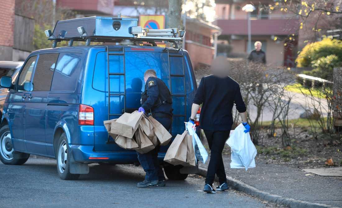 Polisen med beslag efter tisdagens gripande av två personer misstänkta för inblandning i skjutningen mot advokat Henrik Olsson Lilja.