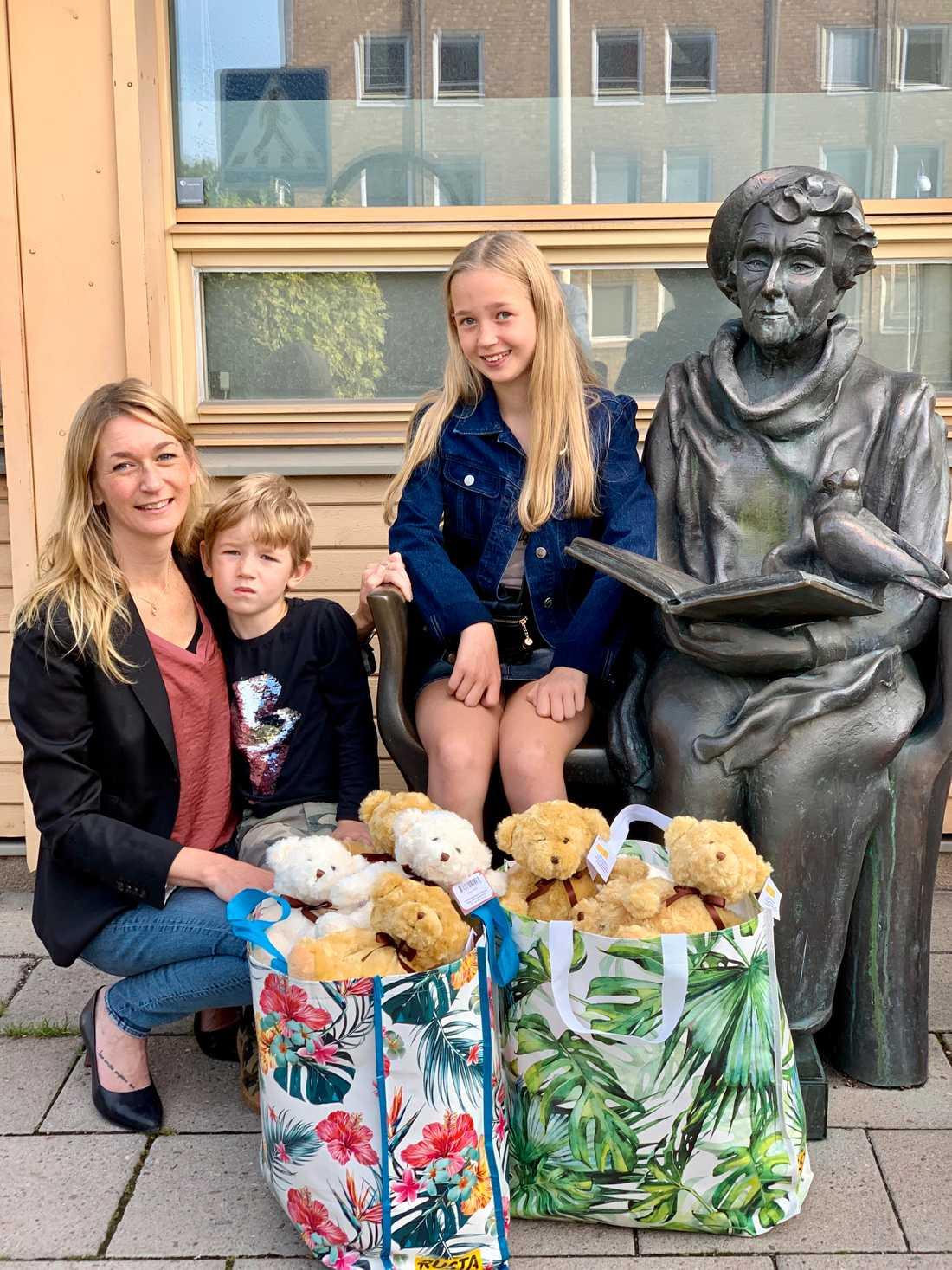 Storasyster Cornelia och mamma Caroline hjälpte Ellkiot att bära. Caroline skrev ett inlägg på Facebook, och tack vare det har människor hjälpt till och skickat nallar.
