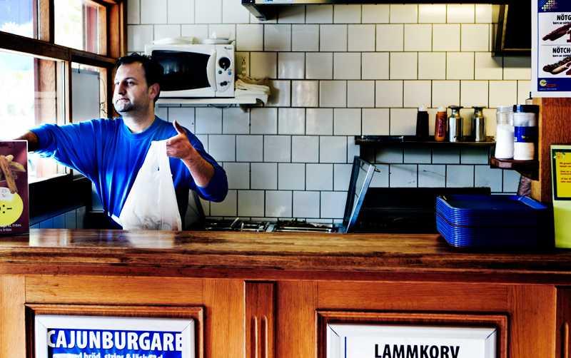 """Zaia Shamoun driver Rinkebygrillen. Han har bott i Sverige i hela sitt liv men säger att han ju på grund av sitt namn och sitt utseende är vad Sverigedemokraterna nog skulle kalla för en """"svartskalle""""."""