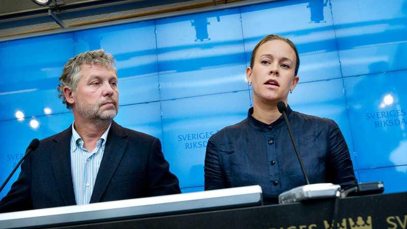 Peter Eriksson och Maria Wetterstrand berättade på en extrainsatt presskonferens på måndagen att de bjudits in till samarbete med alliansen, men inte erbjudits plats i regeringen. Ett erbjudande MP tackade nej till.
