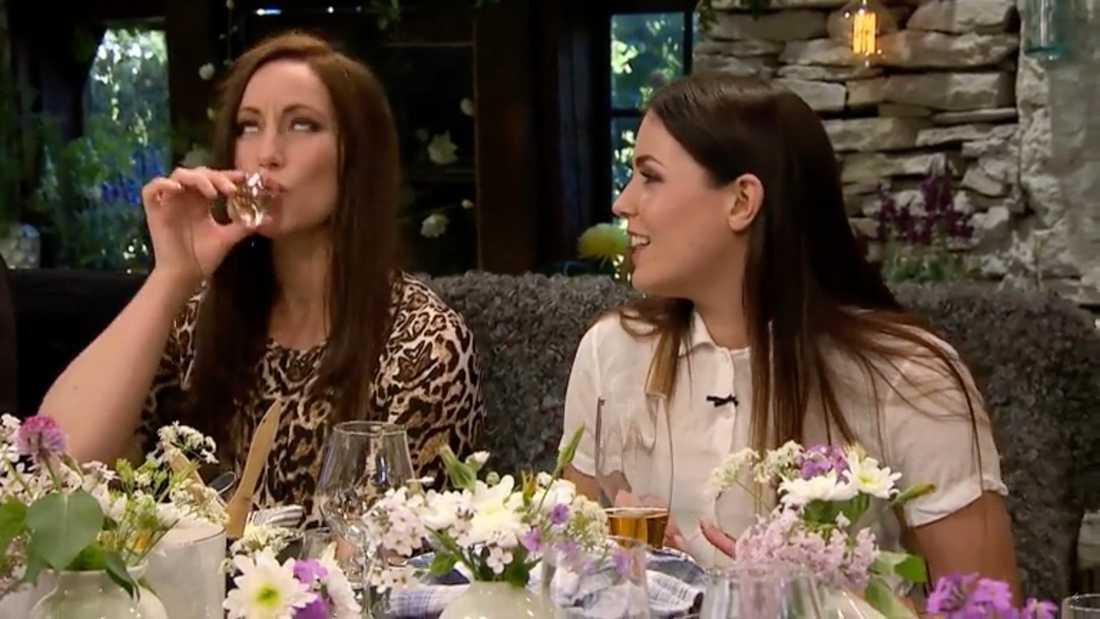 """""""Skitliv"""", säger Lisa Nilsson och tar en sup och skrattar. """"Du är så bitter"""", svarar Miriam Bryant."""