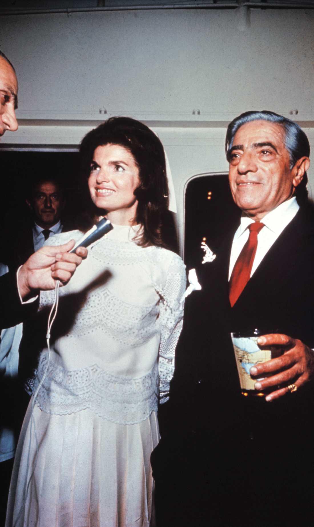 När Jackie Onassis gifte sig med skeppsredaren Aristotle Onassis 1968 bar hon en kort brudklänning som var specialdesignad av Valentino.