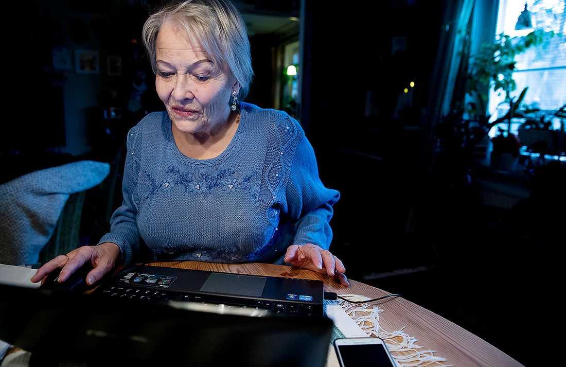 """Ulla Grandin, 76, betalar räkningar med en sju år gammal dator. """"När den inte längre går att uppdatera, då vete fasen hur jag ska göra. Jag har i dagsläget en inkomst på 10657 kronor efter skatt. Avgiften till bostadsrättsföreningen är 3802 kronor i månaden. Med den ekonomin har jag helt enkelt inte råd att köpa nytt"""", säger hon."""