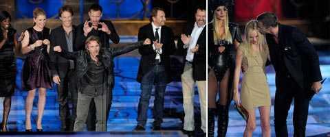"""Skådespelarna tog emot pris när """"True blood"""" utsågs till bästa serie. Till höger Alexander Skarsgård som passade på att pussa prisutdelaren Kate Bosworth."""