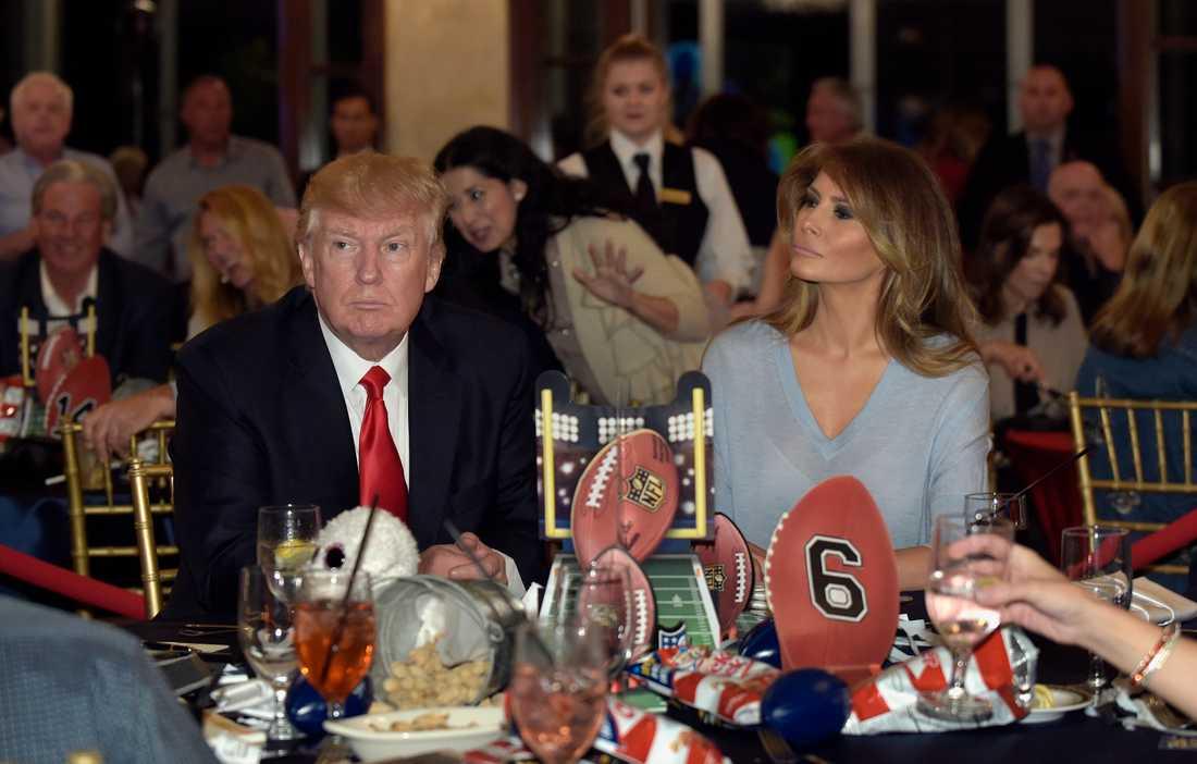 Donald Trump och frun Melania Trump tittar på Superbowl.
