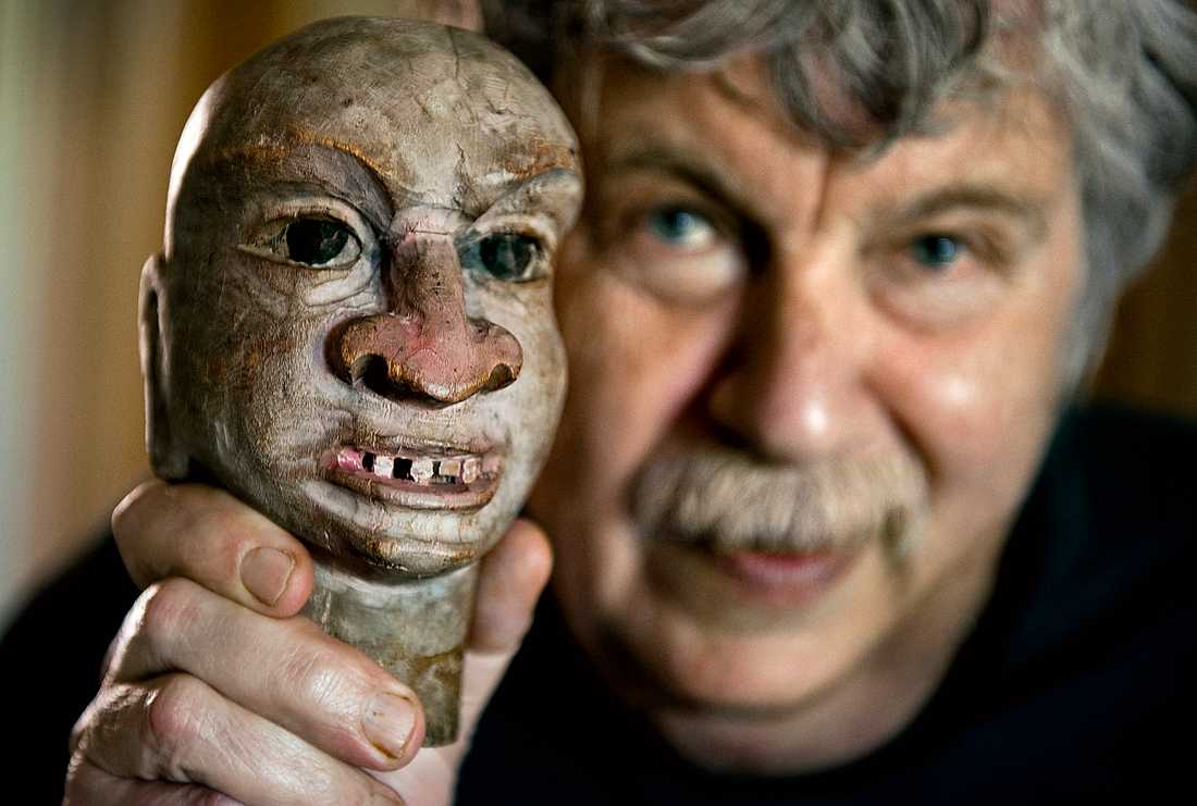 """Staffan Westerberg med Storpotäten från tv-serien """"Vilse i pannkakan"""". Den klassiska dockan visas på Eskilstuna konstmuseum där delar av den 84-årige Westerbergs hem har återskapats."""