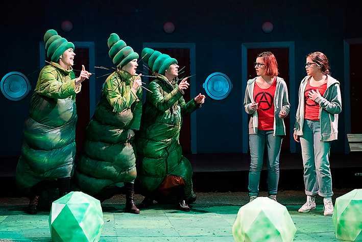 Scen ur Alice i Underlandet i Enskedespelets tappning.