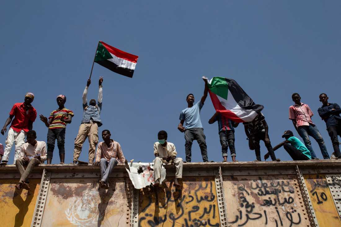 Demonstranter har i flera månader samlats för sittprotester utanför militärens högkvarter i Khartum. Arkivbild.