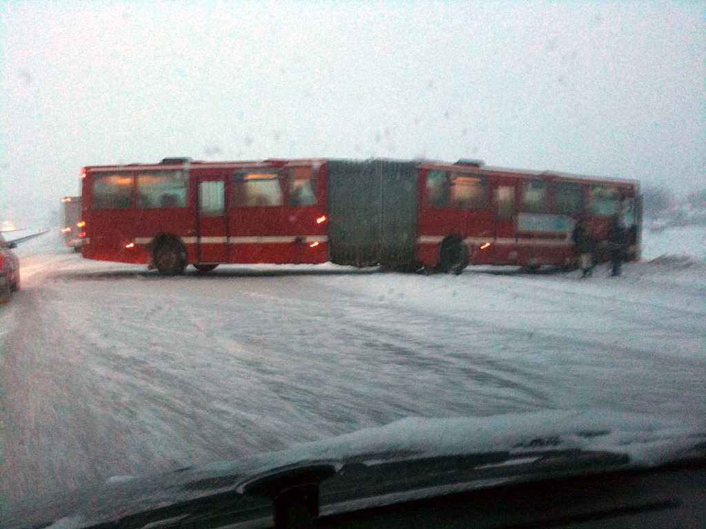 Stockholm En ledbuss har fått sladd och ställt sig tvärs över motorvägen söder om Stockholm.