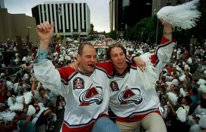 FIRANDE Hela Denver mötte upp när Forsbergs och lagkamraterna åkte parad genom staden efter Stanley Cup-segern. Här ses  Foppa  med lagkamraten Troy Murray.