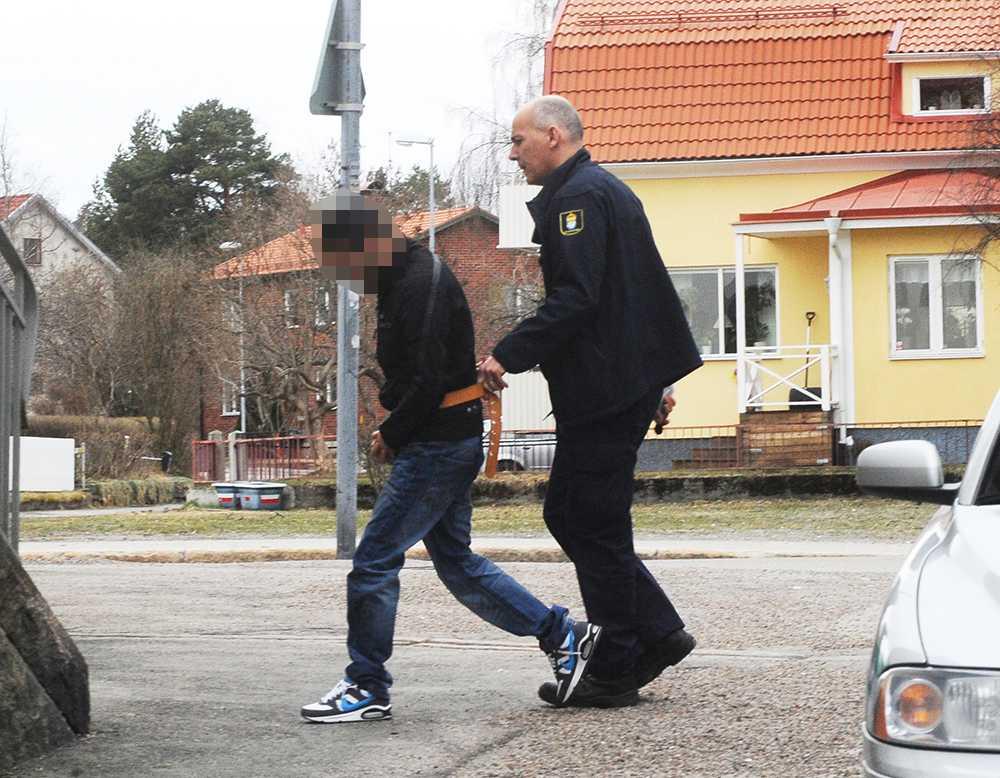 Två män 21 och 24 år och en 29-årig kvinna är misstänkta för nio grova rån på fyra dagar från Lomma i syd till Hudiksvall i norr. Häktningsförhandlingar i Hudiksvalls tingsrätt, 24-åringen.