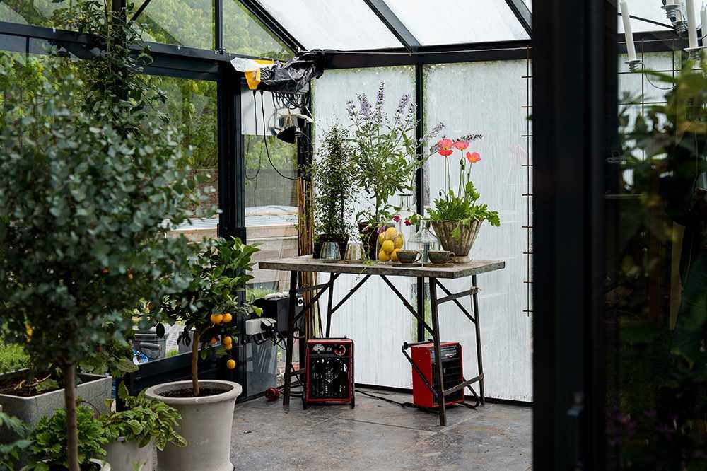 Här på väggen sitter datorn som samordnar det klimatanpassade växthuset.