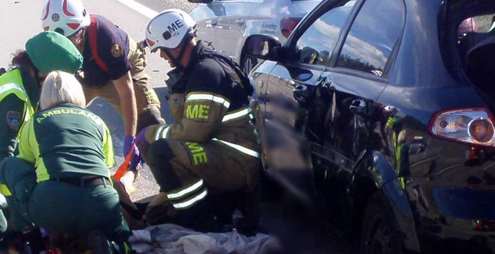 En man dog i olyckan. Här kämpar räddningstjänsten för att hjälpa Daniel Richardsson efter olyckan.