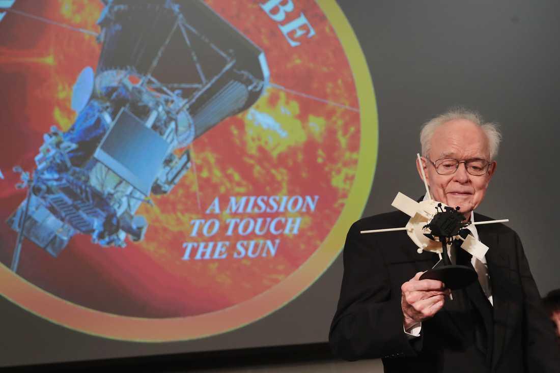Dr. Eugene Parker vid University of Chicago har fått sonden döpt efter sig. Här står han med en mindre modell av den.