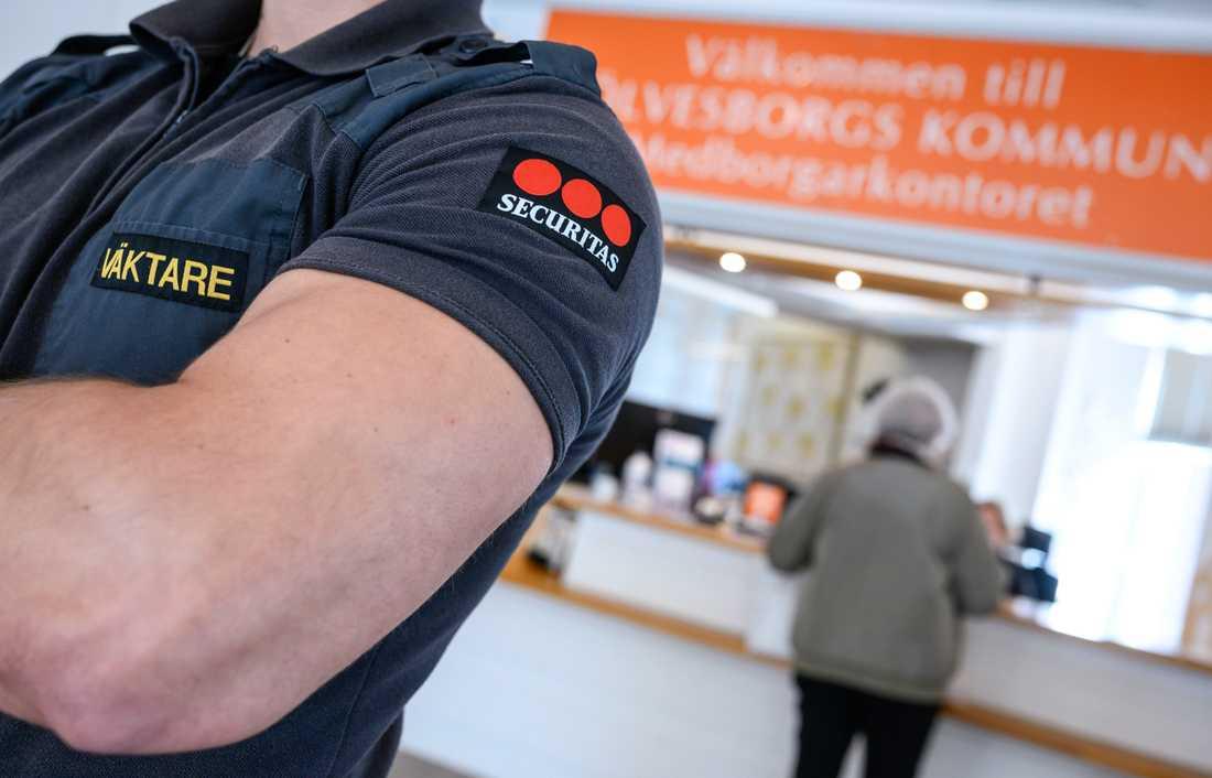 Väktare på plats i entrén på kommunhuset Sölvesborg efter uppståndelsen kring kommunens planerade stopp för användning av prideflaggan.