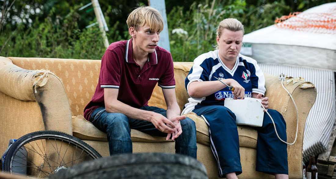 Värme och stolthet. Charlie och Daisy May Cooper som Kurtan och Kerry Mucklowe balanserar på rätt sida nidbilden av lantisar.
