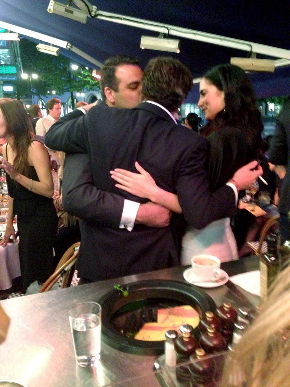 Chris kompis ger honom en rejäl puss .