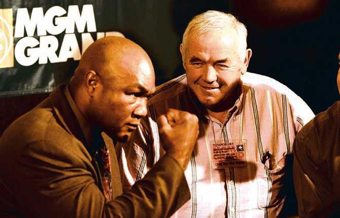 """""""Ingo"""" med en annan boxningslegendar – amerikanen George Foreman, som på bilden förbereder sig inför en match mot Michael Moorer 1994."""