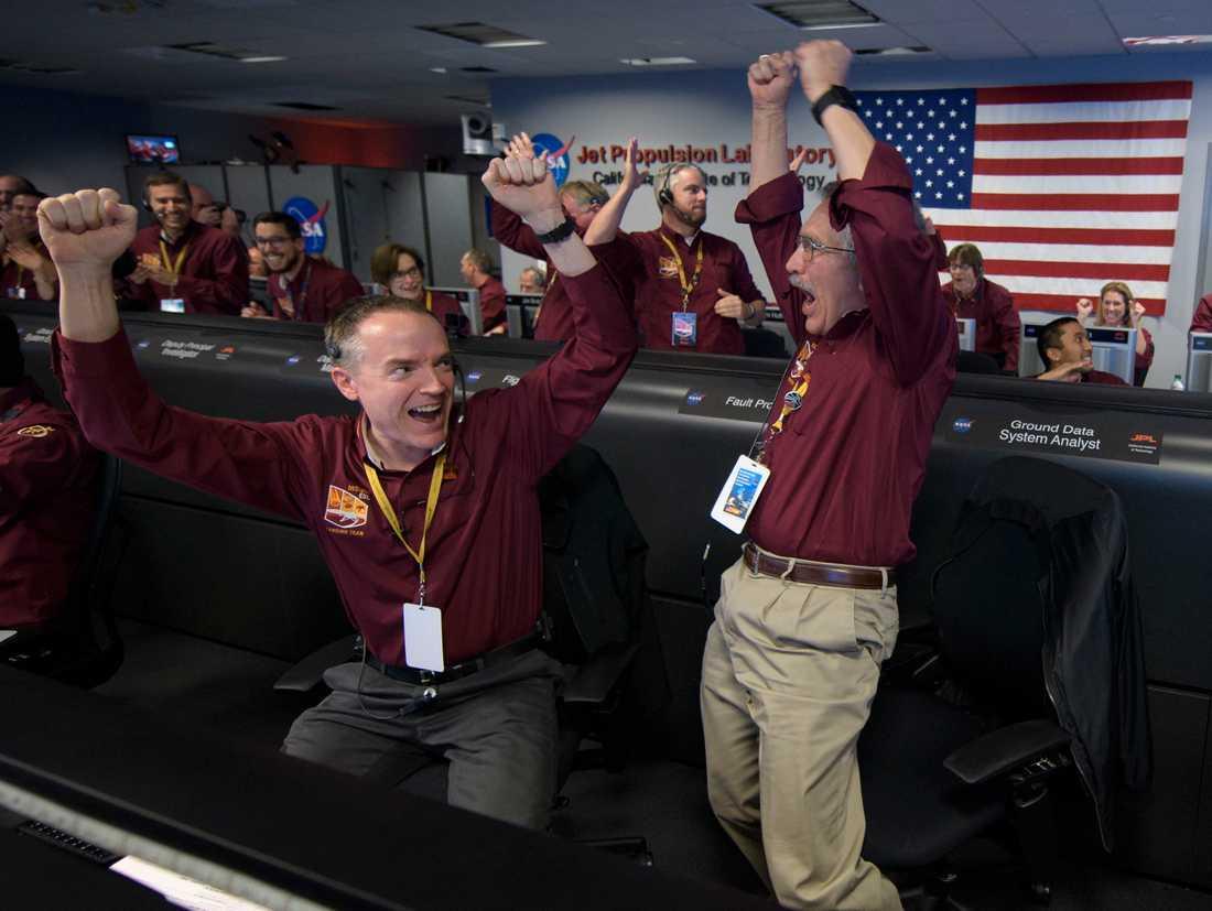 Markpersonalen jublar efter att InSight landat på Mars.