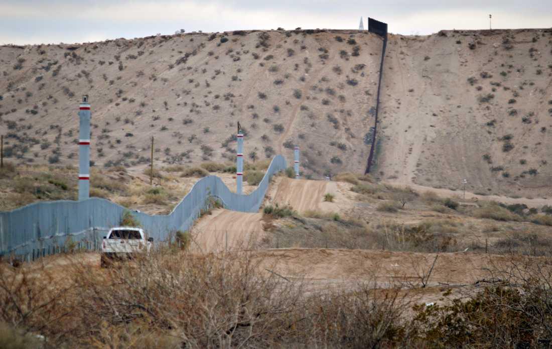 Längs delar av gränsen mellan USA och Mexiko finns hinder i form av barriärer, men det finns också långa sträckor utan sådana hinder. Arkivbild.