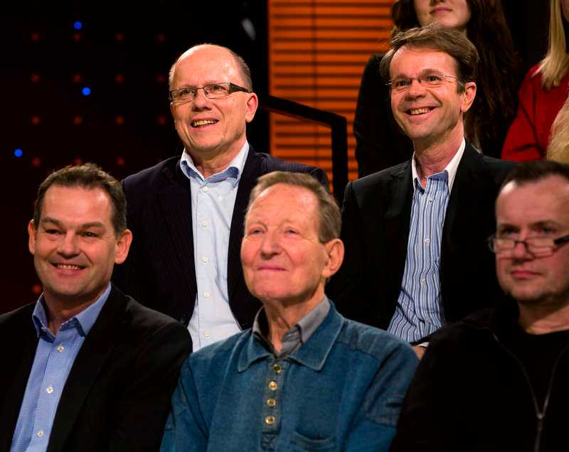"""laddat i studion  Uppdrag Gransknings ansvarige utgivare Nils Hanson (längst upp till vänster) och reportern Hasse Svens (till höger) fanns på plats för att försvara uppgifterna i sin granskning """"Blodracet"""". På sin sida hade de professor Bengt Saltin (i mitten), som fungerade som expert i programmet. Bland de kritiska rösterna hördes utpekade före detta skidåkaren Vladimir Smirnov och skidlegendaren Thomas Wassberg."""