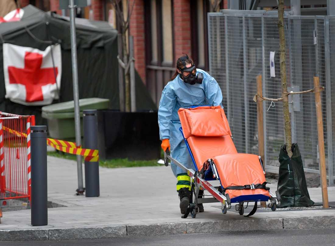 Sjukhuspersonal i arbete utanför akutmottagningen på S:t Görans Sjukhus i Stockholm. Arkivbild.