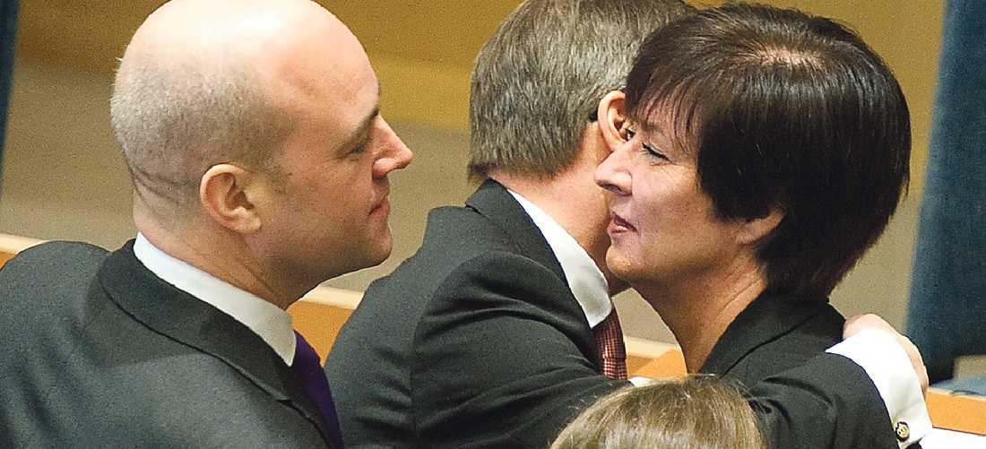Tack och adjö Mona Sahlin lämnar jobbet som statsminister för S. Men hon kan fortsätta att följa den politiska debatten i I-paden som hon fick i avskedsgåva av statsminister Reinfeldt.