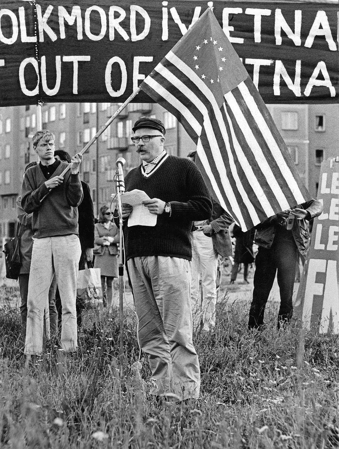 Jan Myrdal talar vid en demonstration mot Vietnamkriget.