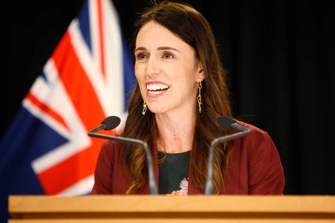 Jacinda Ardern meddelade valdatumet i parlamentet i Wellington.
