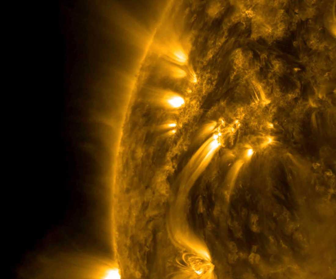 """En bild som Nasa släppte idag, från den 17–18 maj, visar hur plasmastrålar rör sig mellan olika aktiva områden på solen. Trots att områderna är tiotusentals kilometer från varandra syns de tydligt i en specifik våglängd av """"extremt"""" ultraviolett ljus."""