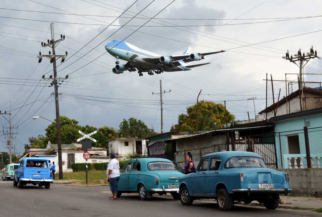 Air Force One inför landning i Havanna