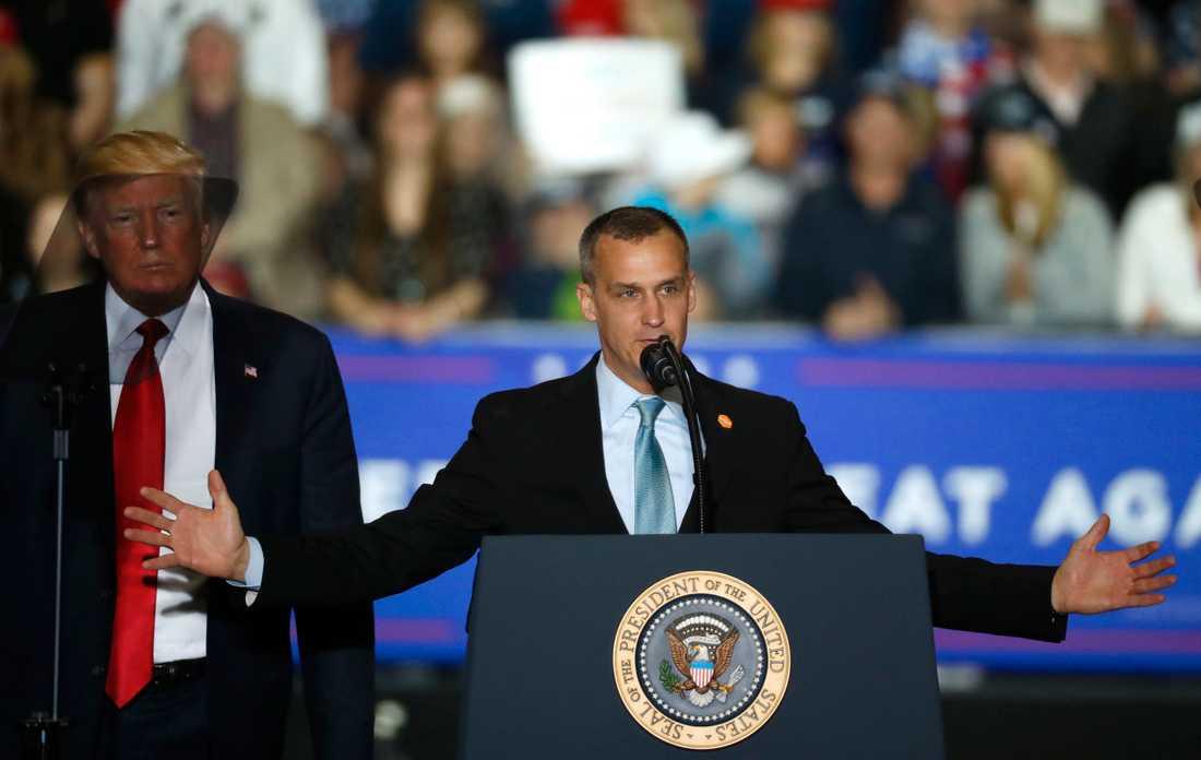 USA:s president Donald Trump lyssnar på sin tidigare kampanjchef Corey Lewandowski vid ett politiskt massmöte i Michigan i april i år.