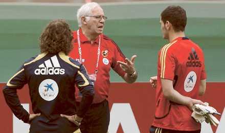 """Favorit """"Vi har nog med press på oss,"""" säger Luis Aragonés – här med Carles Puyol och Iker Casillas."""