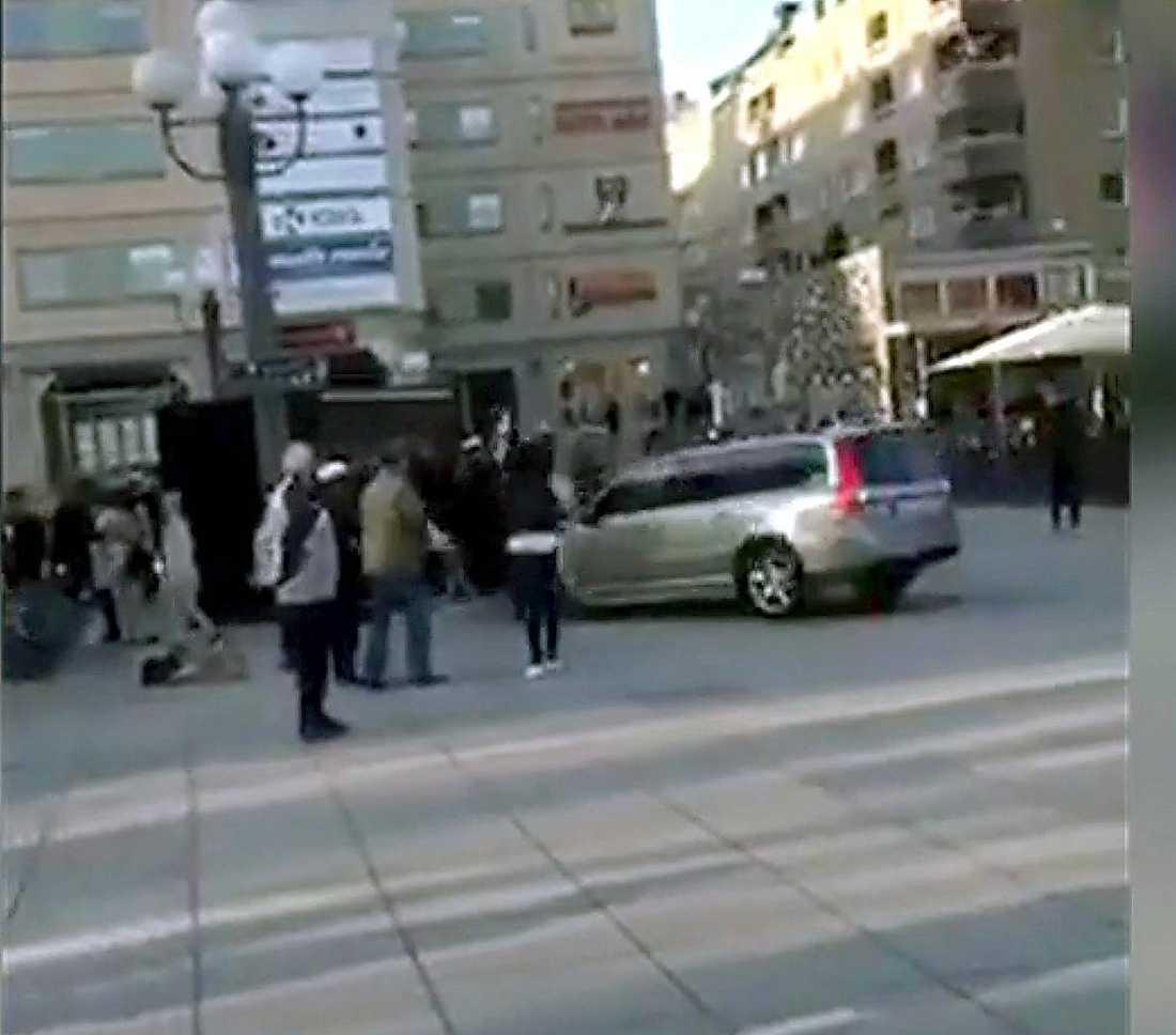Ögonvittnen har berättat att den civila polisbilen körde rakt in i folkmassan på Medborgarplatsen.