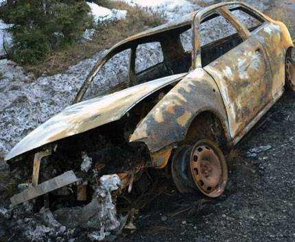 Den andra bilen hittades utbränd.
