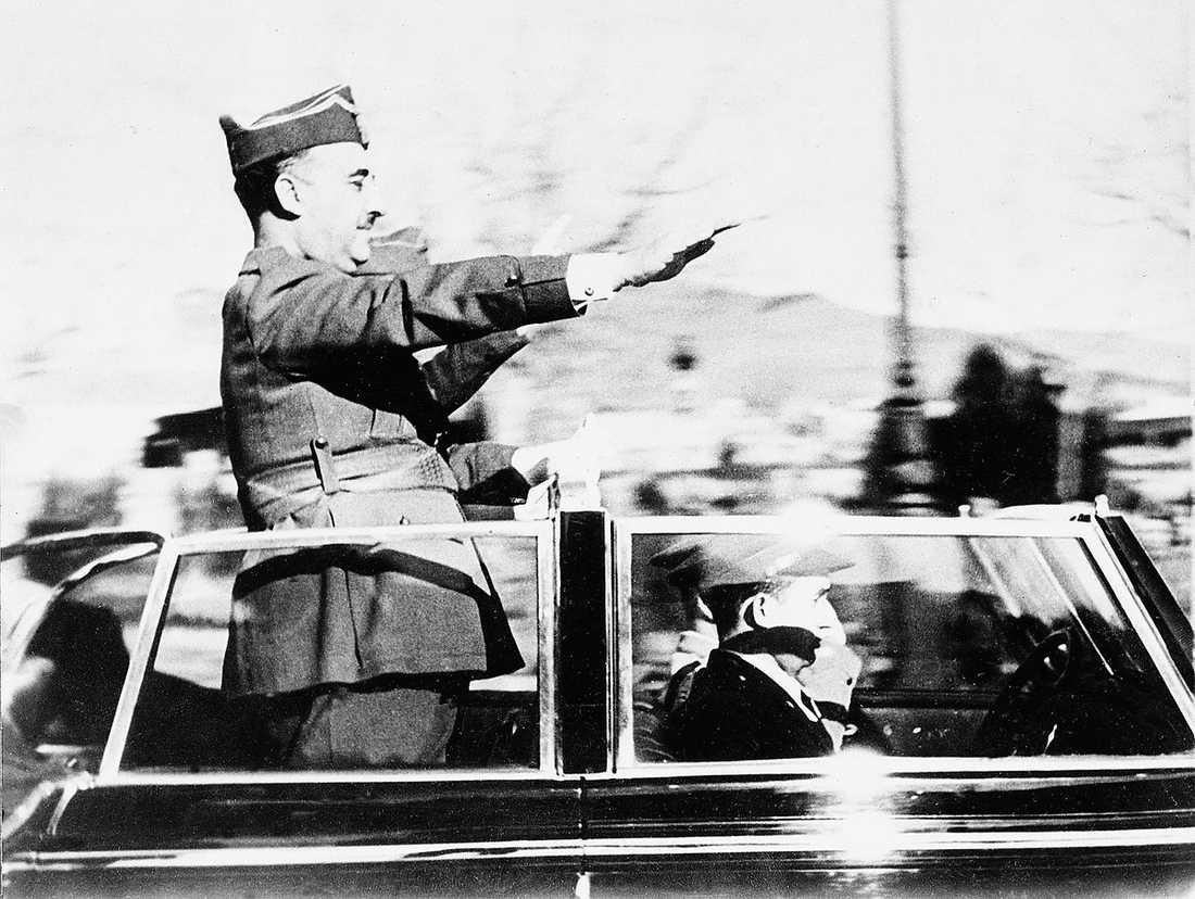 General Franco under en parad i Barcelona 1939.