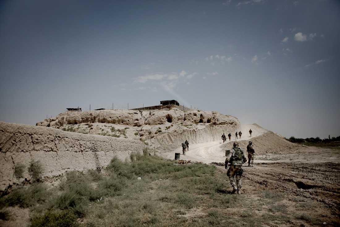 På den här kullen alldeles brevid byn Alizayi, tre mil från Mazar-i-Sharif, har de svenska soldaterna sitt fäste.