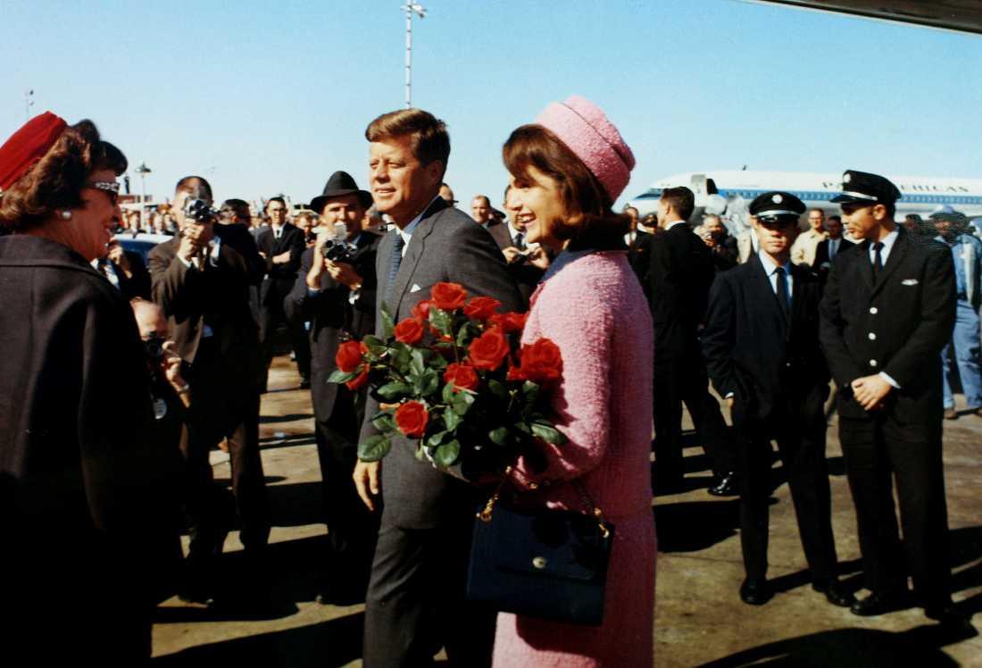 President John F. Kennedy ochJacqueline Bouvier Kennedy anländer till Dallas, Texas.