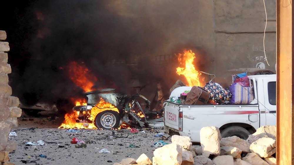 En bil brinner i staden Ramadi, Irak.