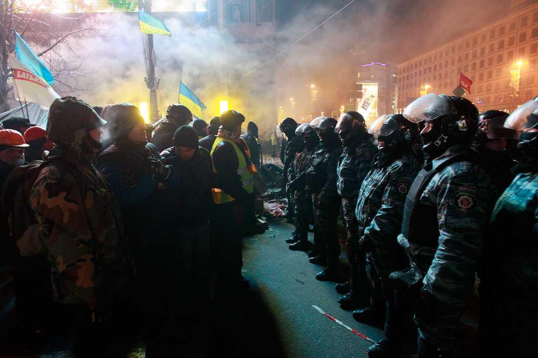 Demonstranter och poliser står nära.