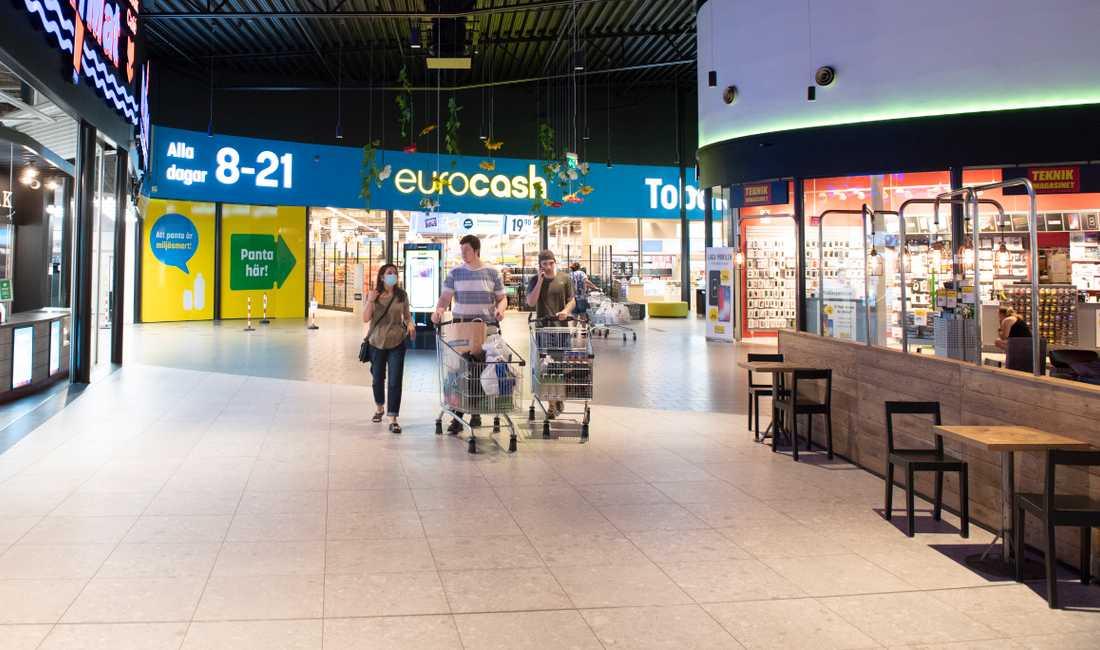 Ingen trängsel på Töcksfors shoppingcenter på torsdagen.